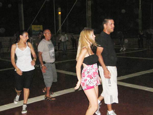 רוקדים בטיילת נהריה